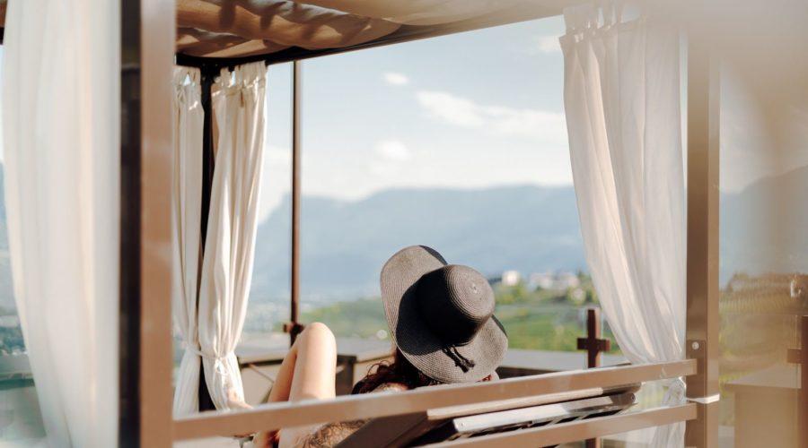 Frau Entspannt In Der Sonne Hotel Golserhof