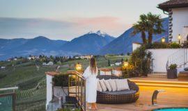Hotelpool Mit Traumhafter Bergkulisse Bei Sonnenuntergang C Tiberio Sorvillo Hotel Ansitz Golserhof