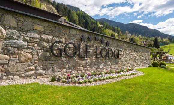 Golf Lodge Schriftzug An Mauer