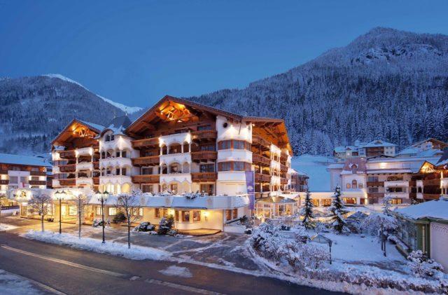 Aussenansicht Des Hotels Im Winter Bei Nacht Mit Beleuchtung Trofana Royal 0