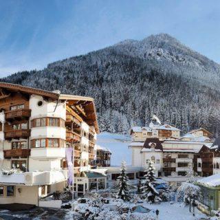 Aussenansicht Im Winter Bei Tag Mit Bergpanorama Trofana Royal