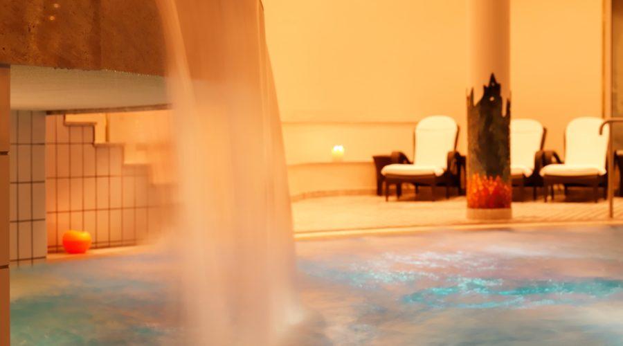 Indoorpool Mit Wasserfall Hotel Zuerserhof