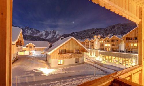 Hotelansicht Mit Chaletdorf Leading Family Hotel Resort Dachsteinkoenig