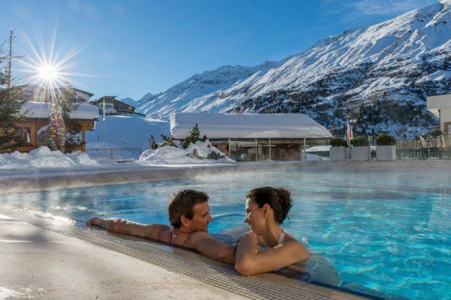 Paerchen Geniesst Outdoorpool Im Winter C Alexander Maria Lohmann Hotel Hochfirst