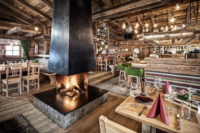 Luxurioeses Restaurant Mit Eingedeckten Tischen Und Kaminfeuer C Prechtlgut Prechtlgut