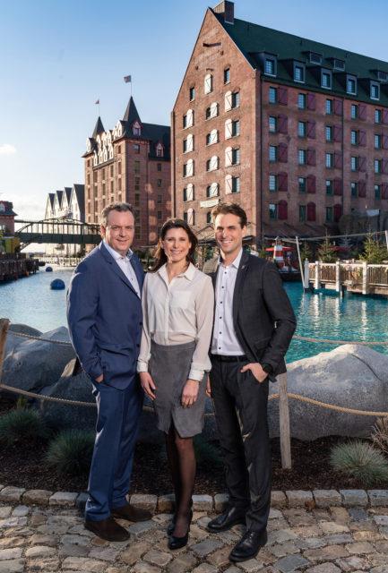 """Michael, Ann-Kathrin und Thomas Mack vor dem neuesten 4-Sterne Superior Hotel """"Krønasår"""" des Europa-Park"""