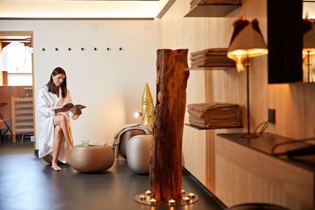 Bei Einer Guten Zeitschrift Entspannen C Tobias Burger Bio Hotel Oswalda Hus Kleinwalsertal Hotels