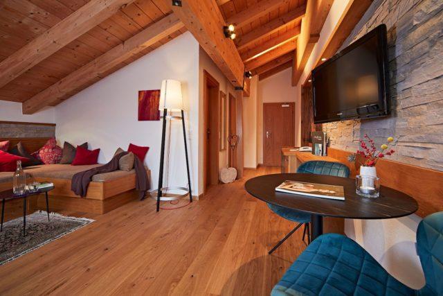 Gemuetlicher Wohnbereich Der Suite Oswalda Hus C Tobias Burger Bio Hotel Oswalda Hus Kleinwalsertalhotels 0