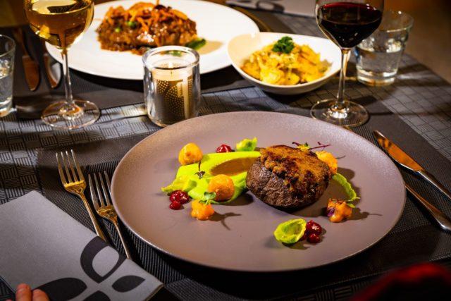 Koestliches Abendessen Mit Fleischgenuss C Werner Krug Genuss Aktivhotel Sonnenburg Kleinwalsertalhotels