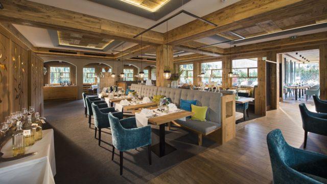 Moderner Restaurantbereich C Aileen Melucci Wellnesshotel Walserhof Kleinwalsertal Hotels
