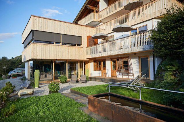Moderner Wellness Aussenbereich C Tobias Burger Bio Hotel Oswalda Hus Kleinwalsertal Hotels