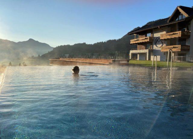 Outdoor Panoramapool Hotel Bergblick