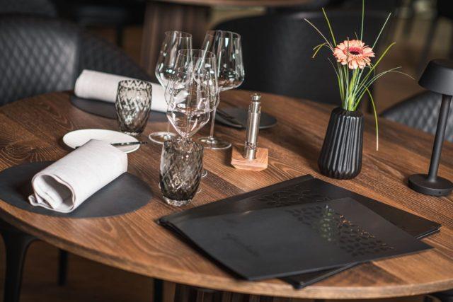 Gedeckter Tisch Mit Modernen Speisekarten Hotel Granbaita Dolomites