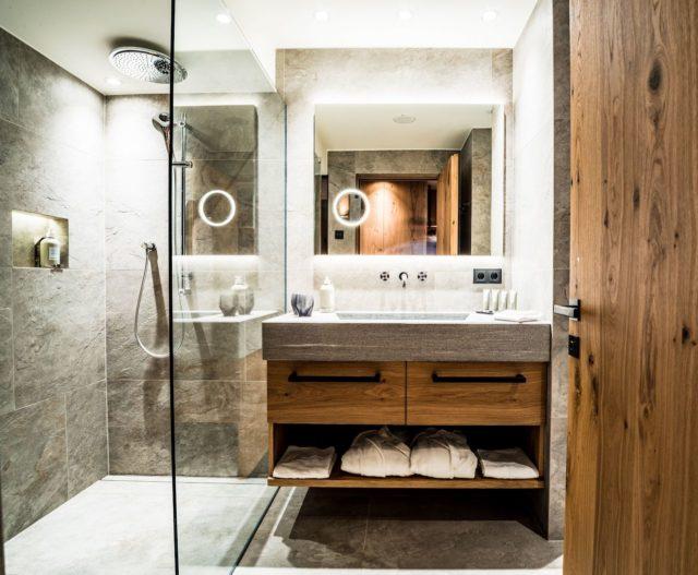 Modernes Badezimmer Mit Holz Akzenten Im Superior Zimmer C Dejori Werner Hotel Granbaita Dolomites