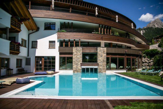Outdoorpool Bei Tag Hotel Granbaita Dolomites