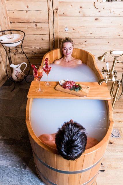 Paerchen Geniesst Gemeinsames Milchbad C Dejori Werner Hotel Granbaita Dolomites