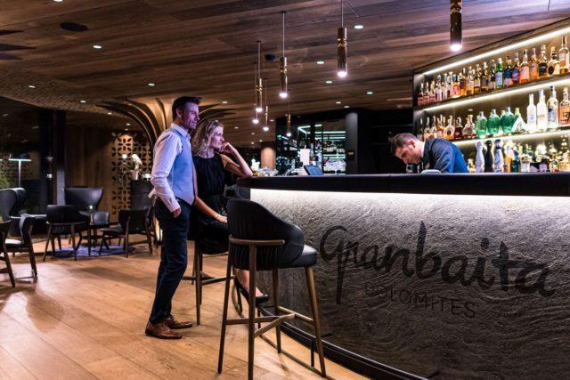 Paerchen Laesst Den Abend An Der Bar Ausklingen Hotel Granbaita Dolomites